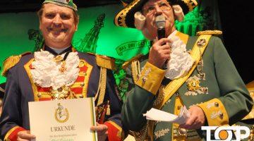 Der Kommandant der Prinzengarde Aachen (Dirk Trampen) mit seiner Ernennungsurkunde