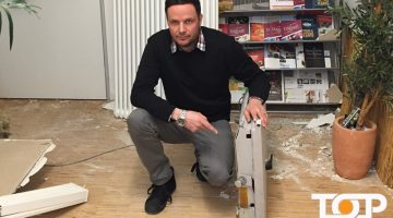 Inhaber Markus Jussen mit der Tresortüre der Bank in seinem Betrieb