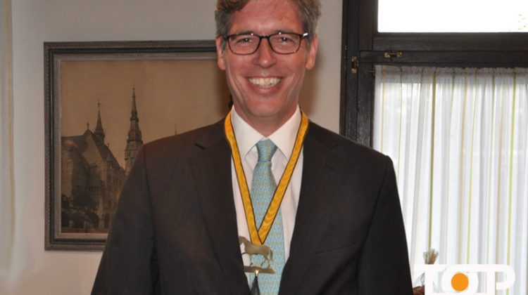"""OB Marcel Philipp mit dem Orden der Gemeinschaft """"Der Pferdeschwanz"""""""