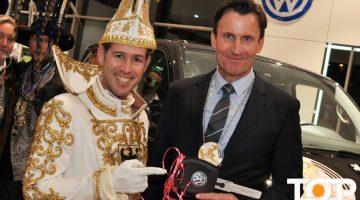 Prinz Thomas III. übernimmt den symbolischen Schlüssel von Geschäftsführer Andreas Krabbe