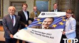 Im Vorfeld der Preisverleihung ist das Plakat zum Preisträger in Aachen angekommen