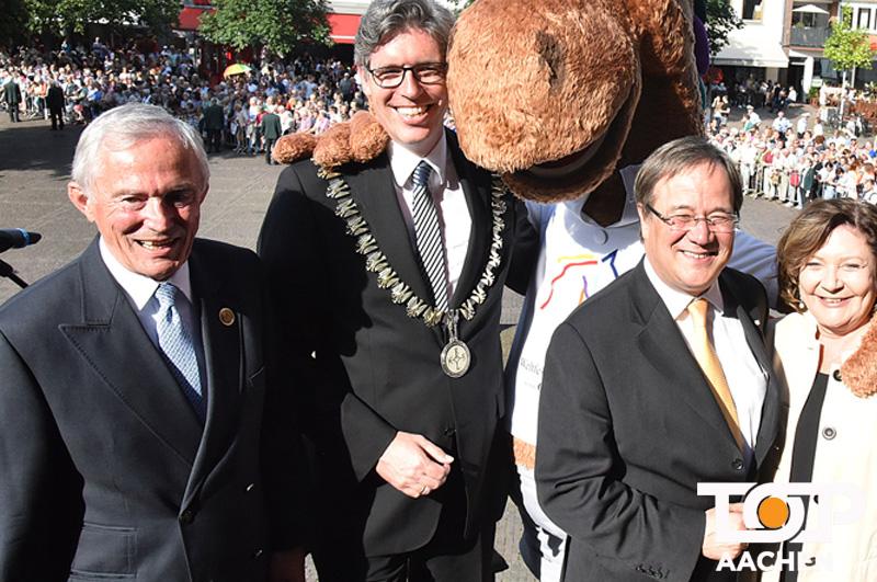 Carl Meulenbergh, OB Philipp und Ministerpräsident Laschet auf der Rathaustreppe