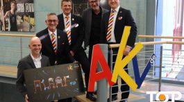 NetAachen Geschäftsführer Andreas Schneider (li.) und AKV-Präsident Werner Pfeil (2.v.l.) präsentieren das neue Konzept