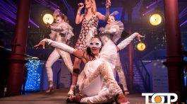 Sängerin Rafaela Kloubert begleitet von den Tänzerinnen von Jess-Show sorgten für beste Unterhaltung