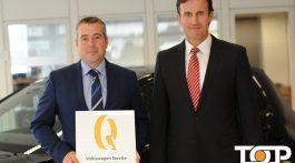 Leiter Service Bernd Schell und Geschäftsführer Andreas Krabbe mit der begehrten Auszeichnung