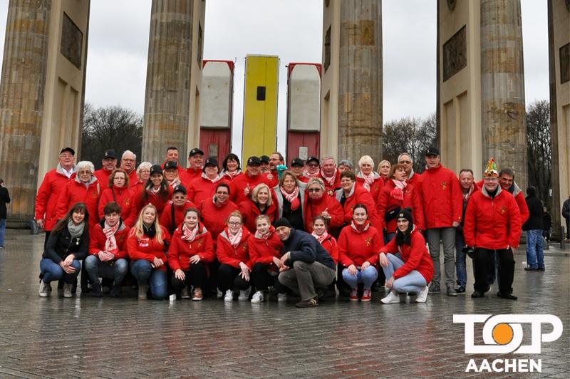 Die KG Eulenspiegel belagern das Brandenburger Tor