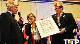 Wolfgang Radermacher (li,) wird für seine Arbeit im Kinderkarneval geehrt